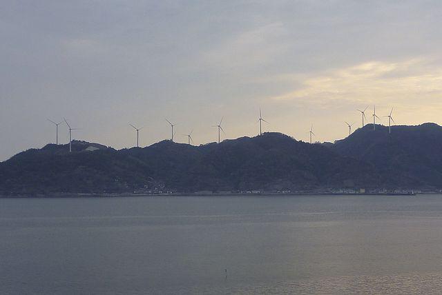 十六島湾ごしに風力発電所群