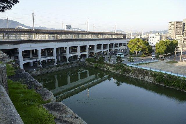 新幹線がぶち抜く三原城跡