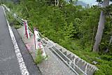 車道と交差する登山道